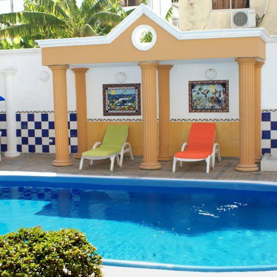 http://hoteledmarsantamarta.com/wp-content/uploads/2016/07/hoteledmar-piscinabar03-540x540.jpg