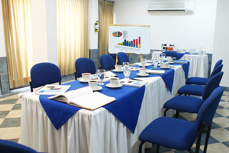 http://hoteledmarsantamarta.com/wp-content/uploads/2016/08/salaeventos-conferencias03.jpg
