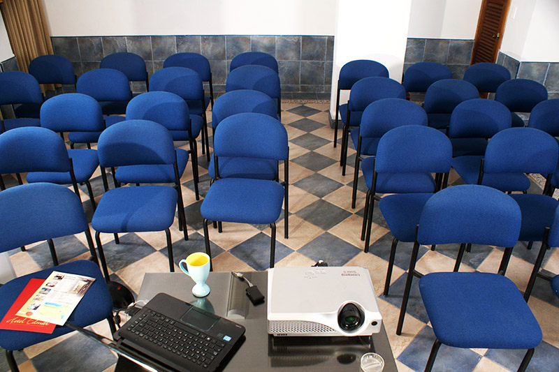 https://hoteledmarsantamarta.com/wp-content/uploads/2016/08/salaeventos-conferencias01.jpg